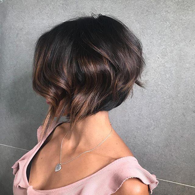 siyah saç ve karamel ışıltı saç kesimi