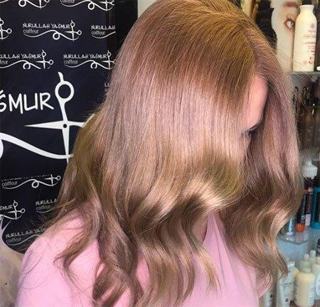 Alt tonlardan kahverengi hem küllü hem de saç uçlarında balköpüğü yansımalar mevcut